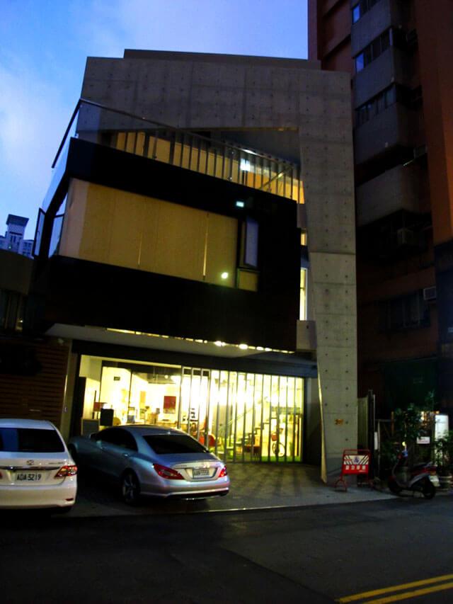 整棟建築都是思默好時喔!3層樓挑高的清水模建築非常氣派。-思默好時-台中咖啡館