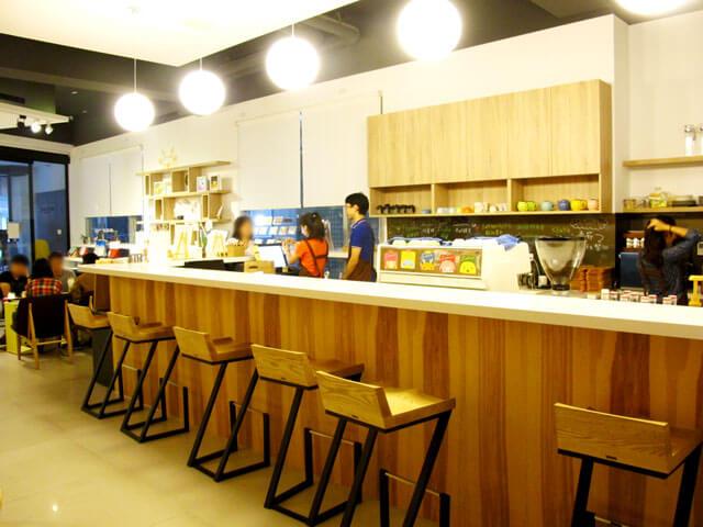 吧台邊的高腳椅設計非常別緻-思默好時-台中咖啡館