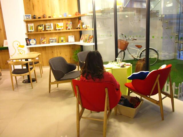 這沙發椅看起來好舒服!下次要去搶這個位置:P-思默好時-台中咖啡館