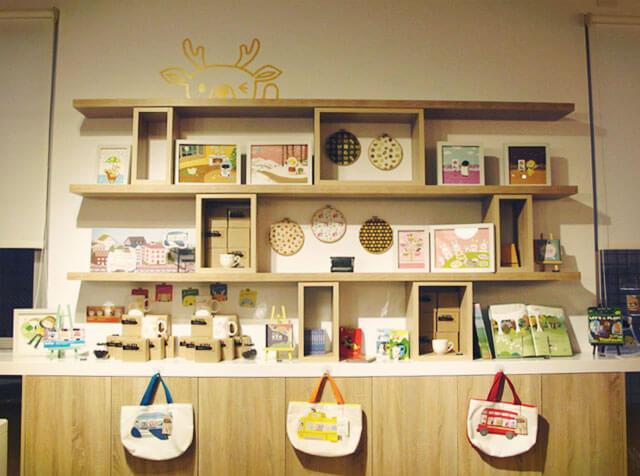 霸氣的商品展示牆-思默好時-台中咖啡館