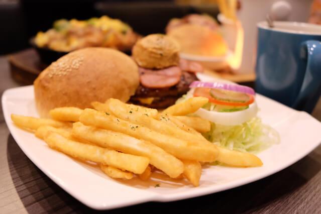 爆漿雙層花生醬牛肉燒烤堡-艾可先生逢甲店