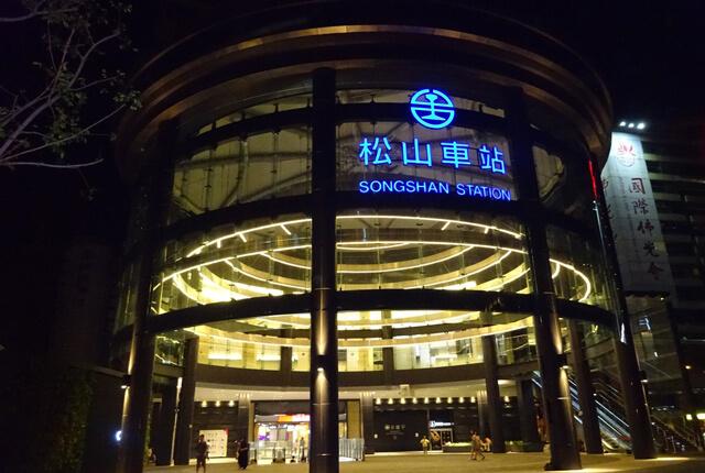 搭乘右側的手扶梯上2樓就會看到辻利茶舗囉-TSUJIRI辻利茶舗松山車站旗艦店