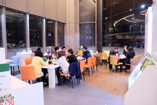 店內座位大概可容納30人-TSUJIRI辻利茶舗松山車站旗艦店